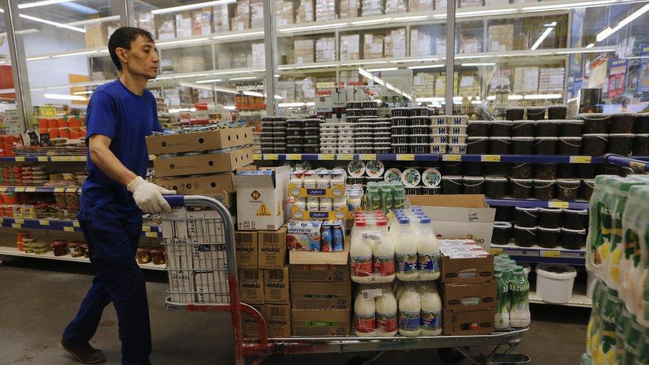 Zaměstnanec přiváží zboží do obchodu Metro Cash and Carry v Moskvě.