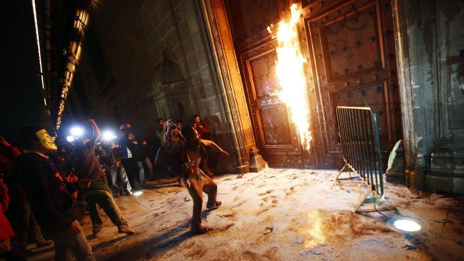 Demonstranti zapálili dřevěné dveře u prezidentského paláce