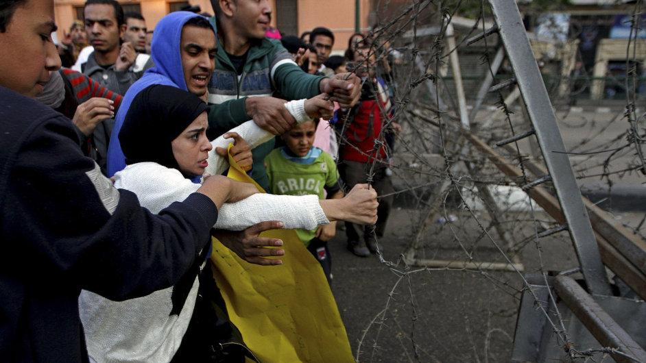 Protestující odděloval od policie ostnatý drát.