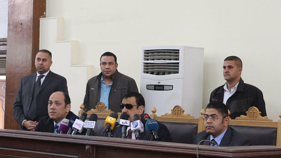 Egyptský soud nařídil v sobotu nový proces s islamisty odsouzenými za násilné protesty.