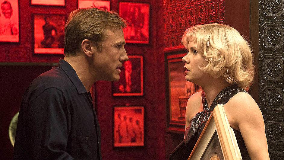 Zatímco Margaret (Amy Adamsová) tráví dny v ateliéru, její manžel (Christoph Waltz) na obrazech vydělává.