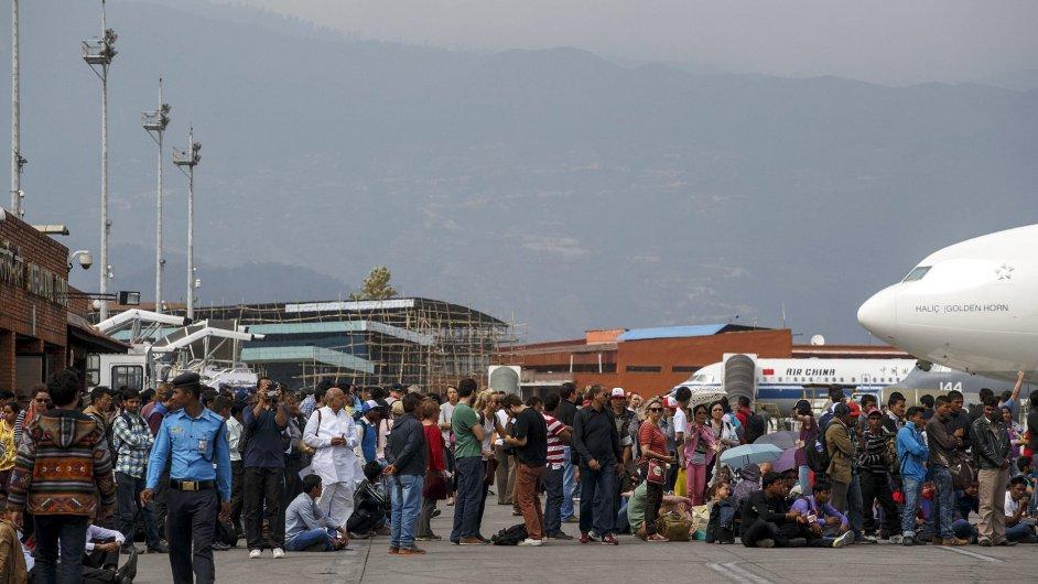 Fronta turistů na mezinárodním letišti v Káthmándú