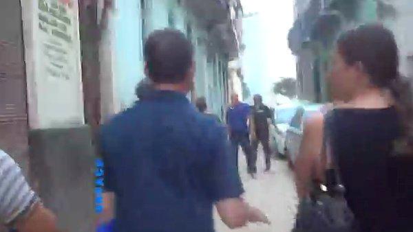 Video zachycuje zatčení umělkyně Bruguerové.
