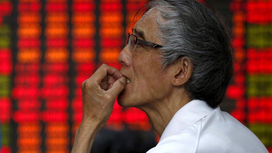 Investor v Šanghaji sleduje vývoj burzy.