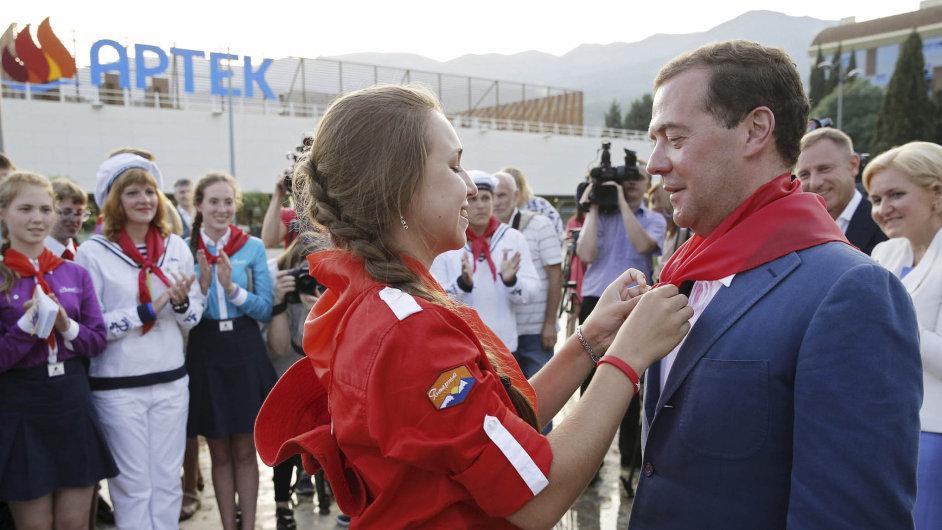 Ruský premiér Dmitrij Medveděv se stal dalším v řadě politiků, kteří byli v Artěku pasováni na čestné pionýry. Dříve zde pasovali například Leonida Brežněva či Ho Či Mina.