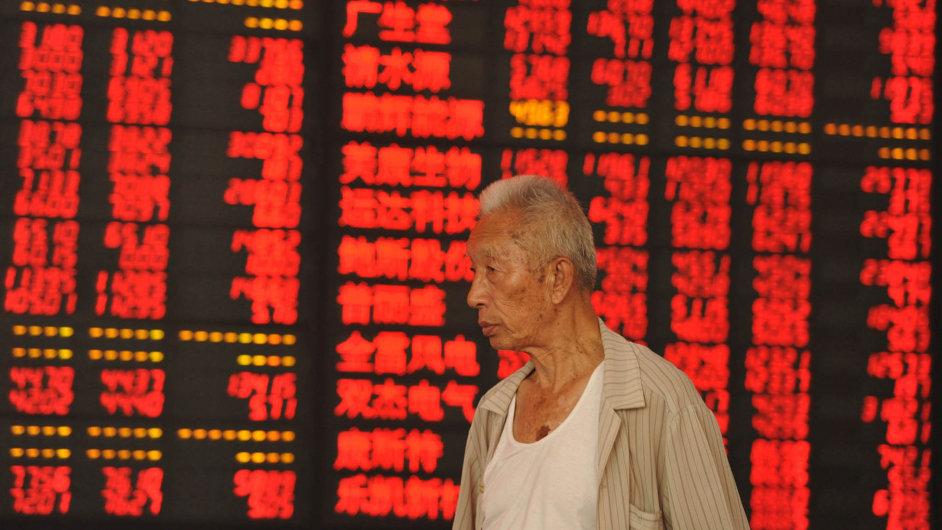 Čínská burza se opět propadá. Svět se obává zpomalení tamní ekonomiky.