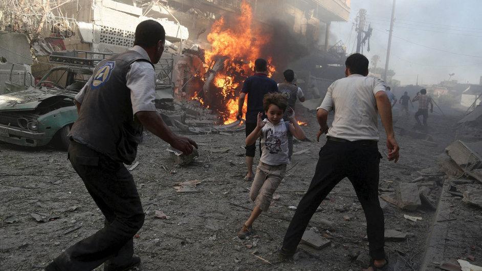 Pod palbou. Obyvatelé Damašku čelí častému bombardování syrského vládního letectva.