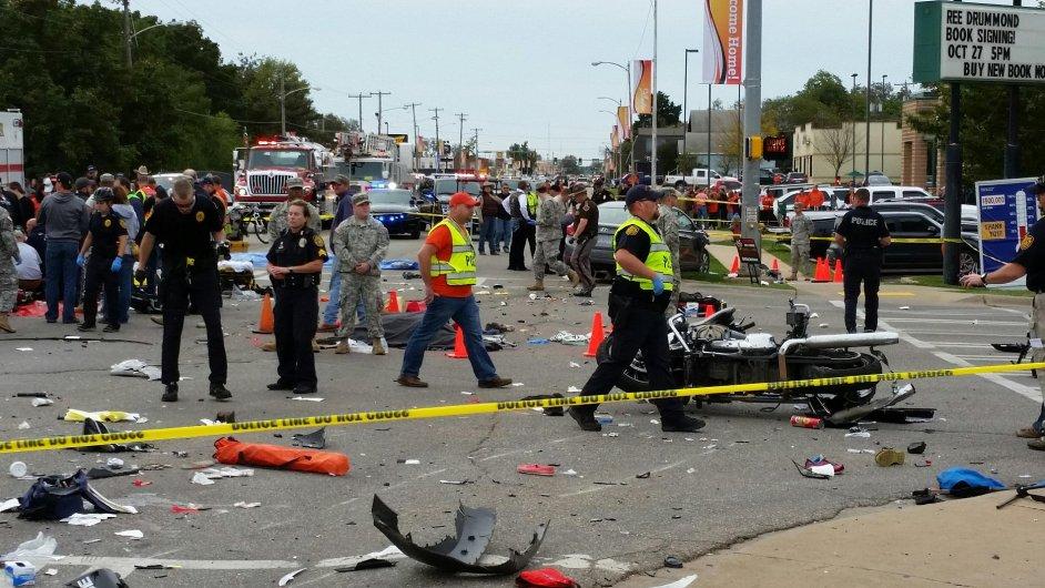 Auto najelo do diváků slavnosti v Oklahomě, zemřeli tři lidé.