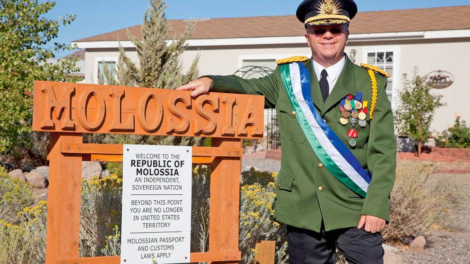 Kevin Baugh, vládce Molossie, která se prostírá nadvou pozemcích vNevadě. Ročně zemi navštíví 15 turistů, navzdory tomu, že je oficiálně veválce svýchodním Německem.