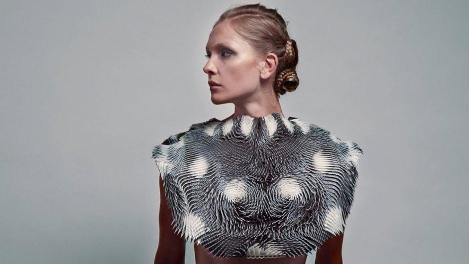 Šaty z 3D tiskárny návrhářky Farahi mění tvar podle toho, zda se na ně někdo dívá.