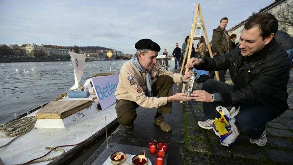 Z lodi zakotvené na Vltavě i z historické tramvaje rozdávali skauti 19. prosince v Praze Betlémské světlo.