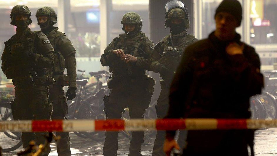 Policisté na evakuovaném hlavním nádraží v Mnichově.