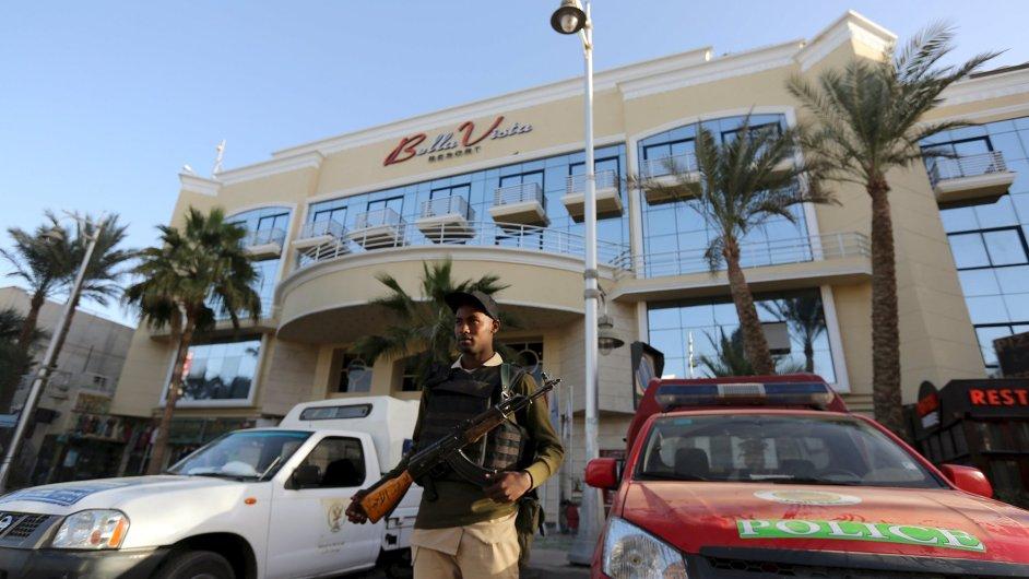 Bezpečnostní síly hlídají vstup do Bella Vista Hotel v egyptské Hurghadě.