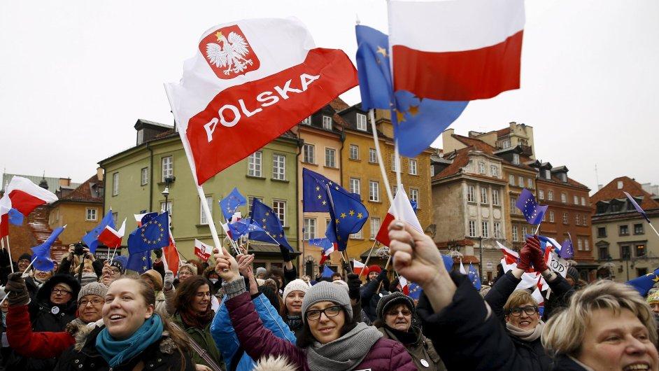 Demonstranti během sobotního protestu ve Varšavě.