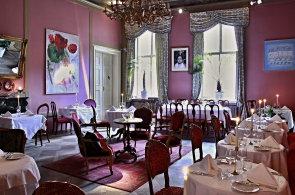 P�lffy Pal�c je restaurace s n�dechem �lechtick� elegance a terasou v korun�ch strom�