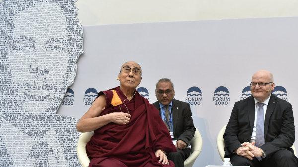 Nejvyšší tibetský duchovní představitel dalajlama (vlevo) s ministrem kultury Danielem Hermanem za KDU-ČSL (vpravo) vystoupili v úterý ráno na Foru 2000.