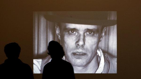 Snímek, na němž je konceptualista Joseph Beuys, pochází z výstavy, kterou mu roku 2008 uspořádalo muzeum Hamburger Bahnhof v Berlíně.