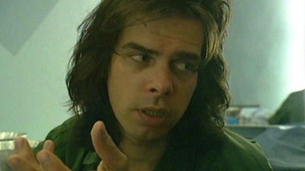 Snímek z videa propagujícího nové best of kapely Bad Seeds.