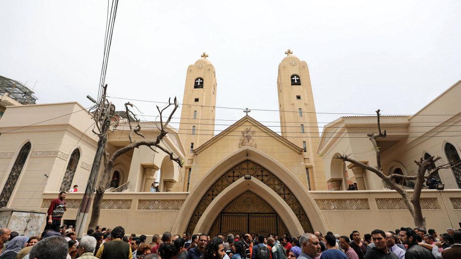 Egypťané se sházejí před koptským kostelem v Tantě, který zasáhla exploze.