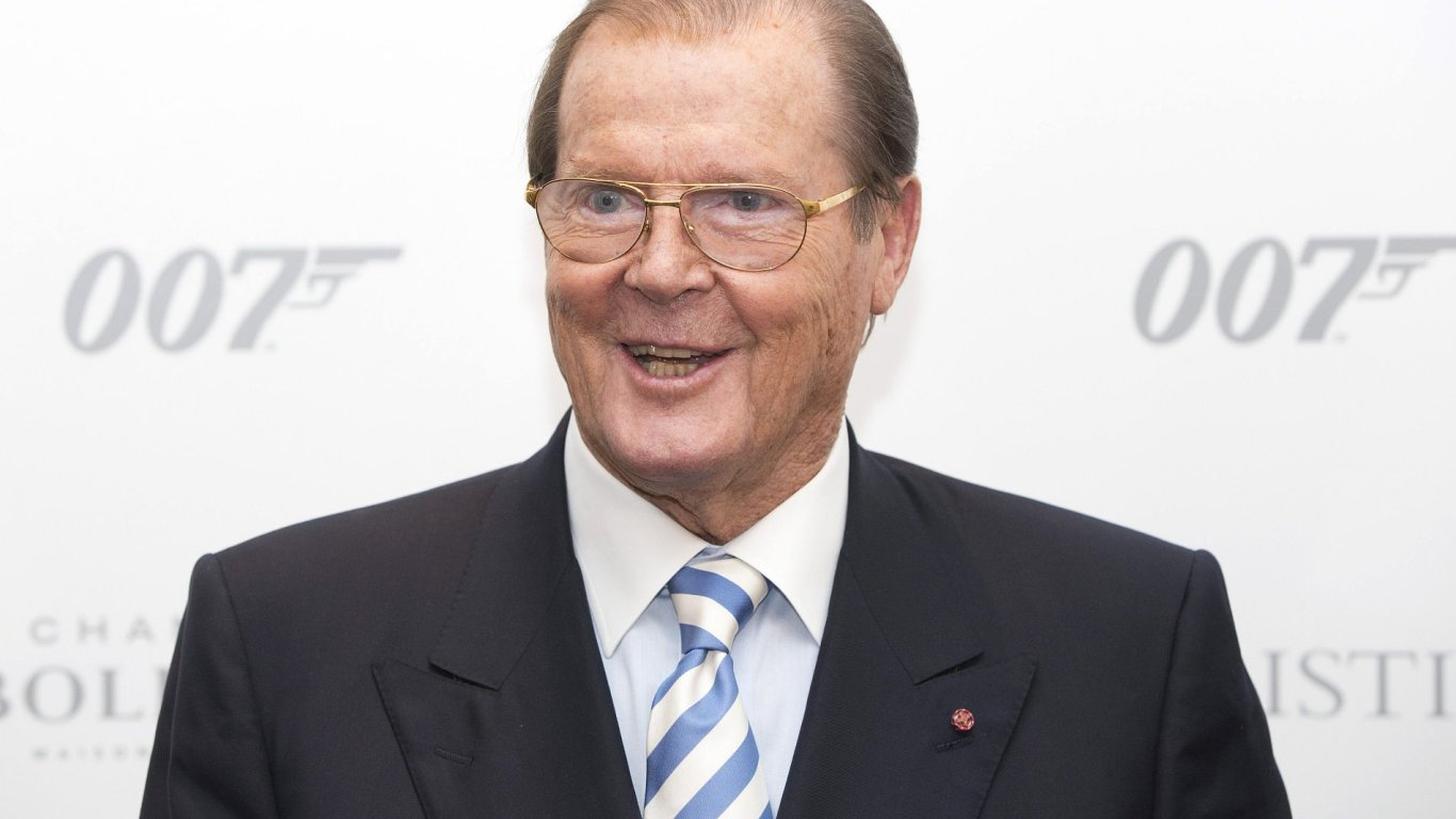 Sir Roger Moore je na snímku z charitativní aukce předmětů spojených s Jamesem Bondem.