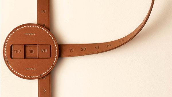 Hermes představil na veletrhu Salone del Mobile objekty do domácnosti z kůže (na fotce věčný kalendář)...