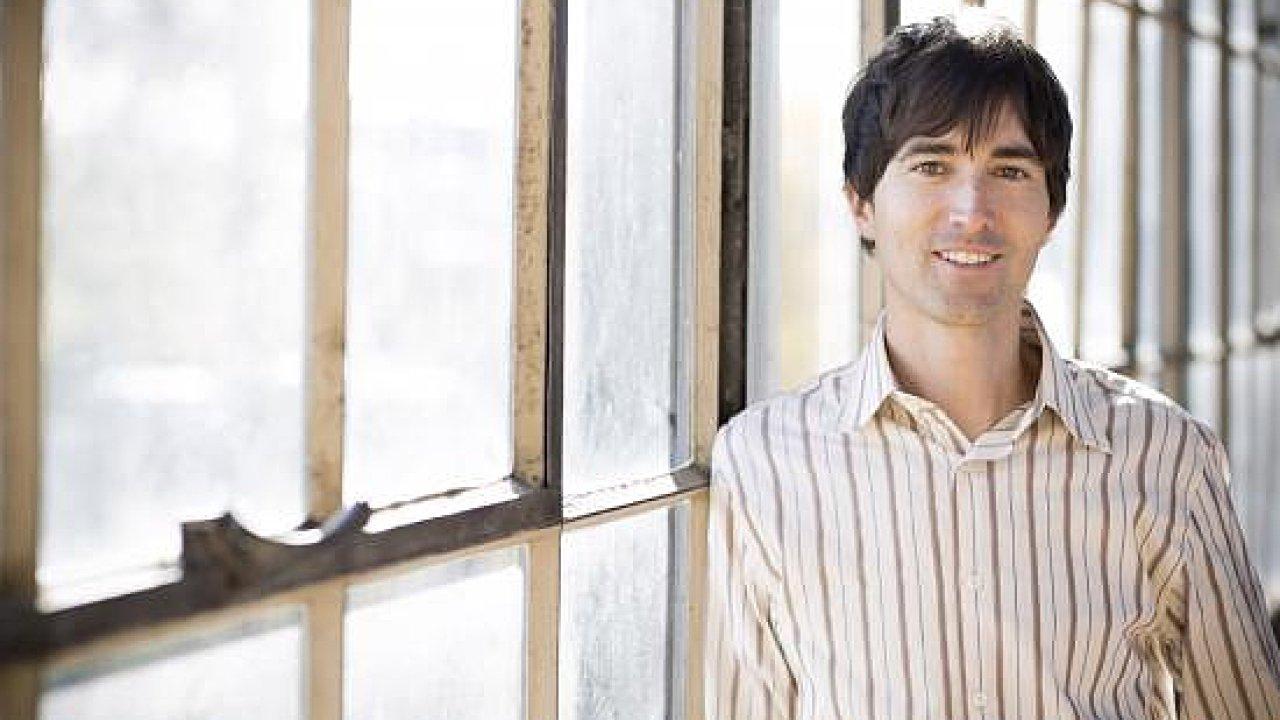 Skladatel Mason Bates je autorem hudby k opeře o Stevu Jobsovi.