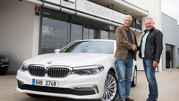 Jednatel STRATOS AUTO, Martin Strakoš předává nový vůz BMW řady 5 profesorovi Vladimírovi Benešovi