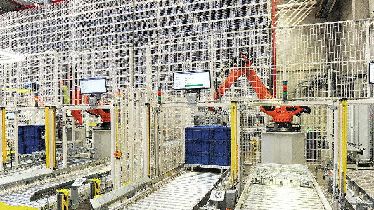 Společnost Škoda Auto otevřela v Kvasinách nový automatický sklad menších dílů. Přepravky v něm přesouvají i čtyři roboti.
