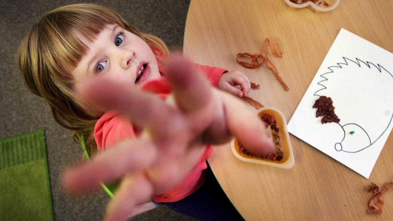 Hlídání vdětské skupině. Pečovatelé veskupinách nemusí děti vzdělávat. Někteří to ale přesto dělají.