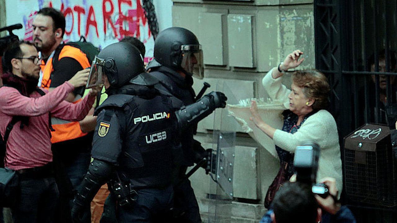 Španělská policie brání katalánskému referendu silou, zraněno je přes 300 lidí.