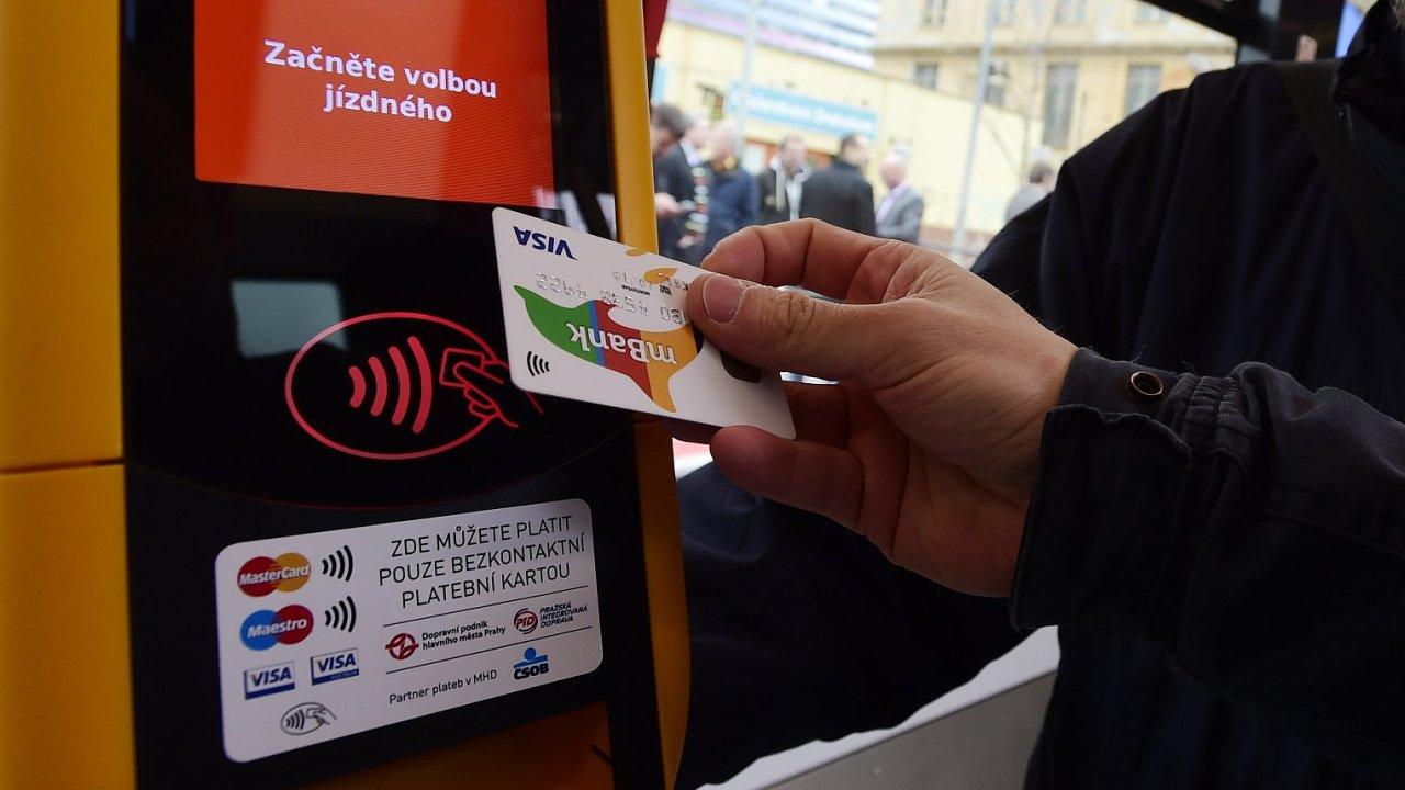 Cestující v pražských tramvajích mohou od 11. dubna poprvé zaplatit jízdné bezkontaktní platební kartou.