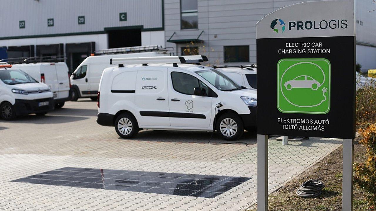 Maďarský start-up vytváří z recyklovaného plastu dlažbu s fotovoltaickým systémem.