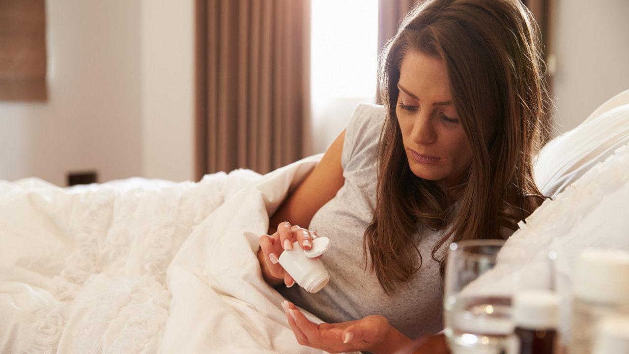 Náhrada při nemoci: Nemocní zaměstnanci asi dostanou náhradu mzdy i v prvních třech dnech nemoci. Firmy se bojí toho, že to lidé budou zneužívat.