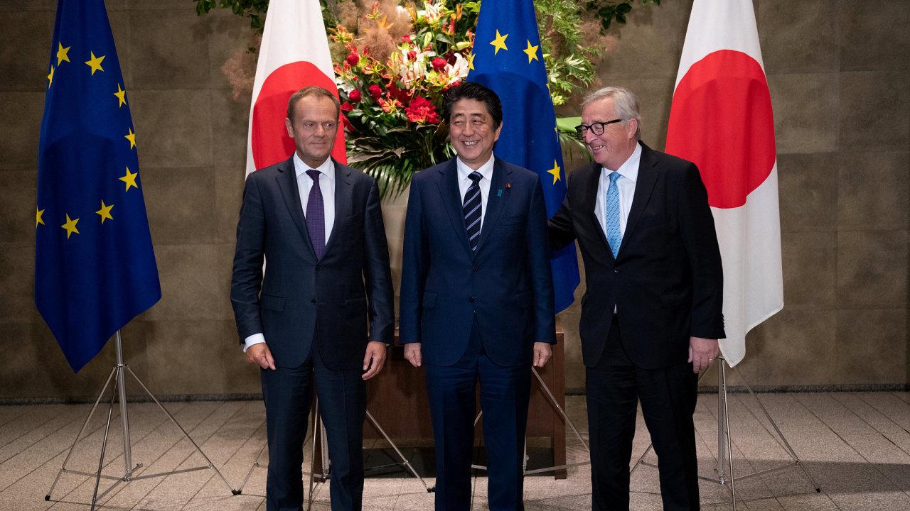 Šéf evropské komise Jean-Claude Juncker (vpravo) a předseda Evropské rady Donald Tusk uzavřeli dohodu s japonským premiérem Šinzóem Abem.