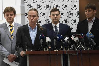 Předseda pirátů Ivan Bartoš (druhý zleva).