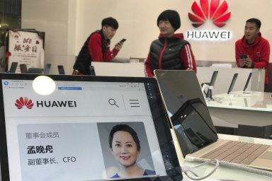 Meng Wan-čou na obrazovce společnosti Huawei v Pekingu.
