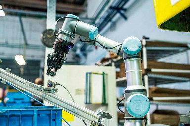 Více než dvě třetiny robotů operují v automobilovém, elektrotechnickém nebo strojírenském průmyslu.