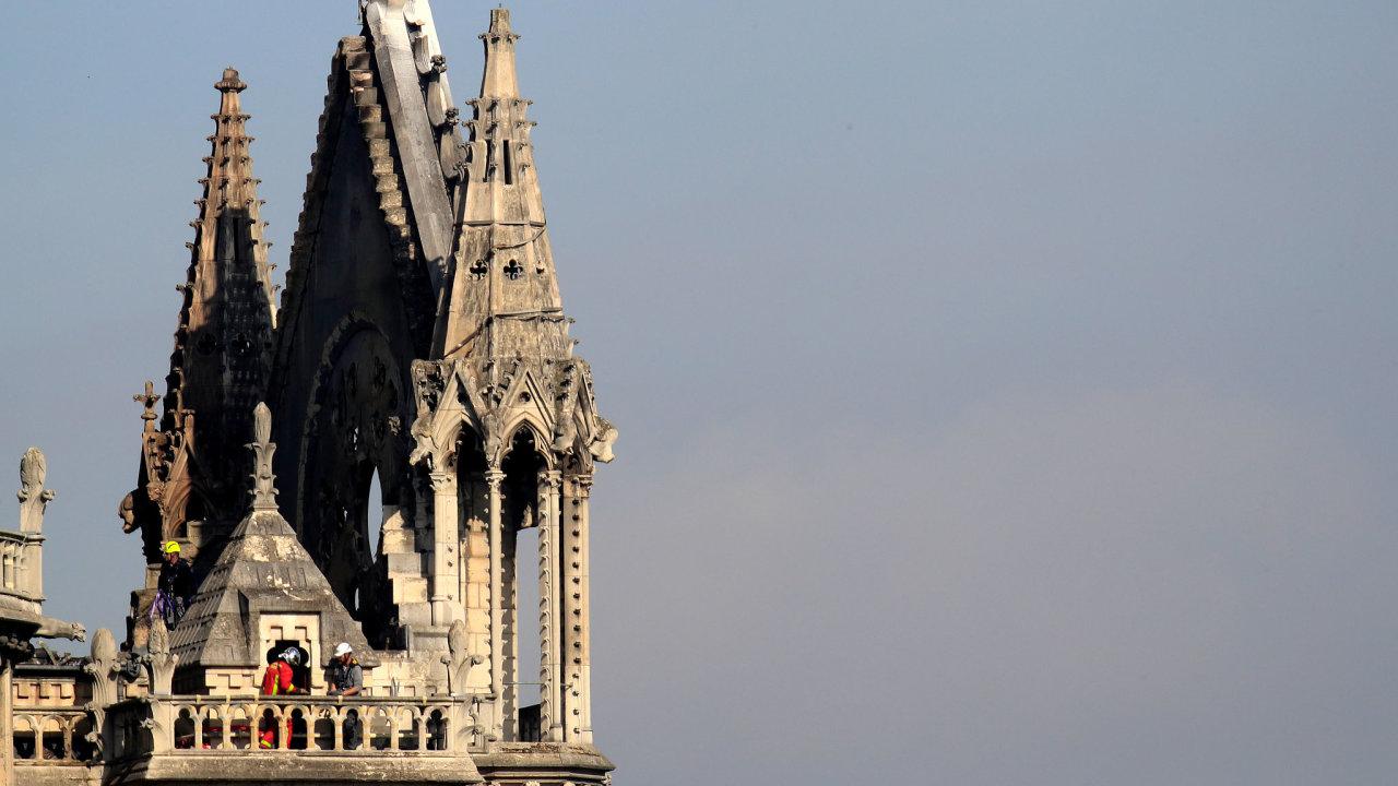 Hasiči pracují na zpevnění části pařížské katedrály Notre-Dame, kterou v pondělí zasáhl požár.