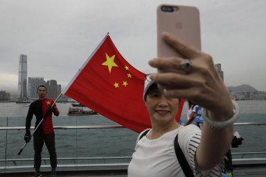 Čínská propaganda vzkazuje světu, že demonstrace v Hongkongu prý znamenají jen chaos, násilí a nepořádek.