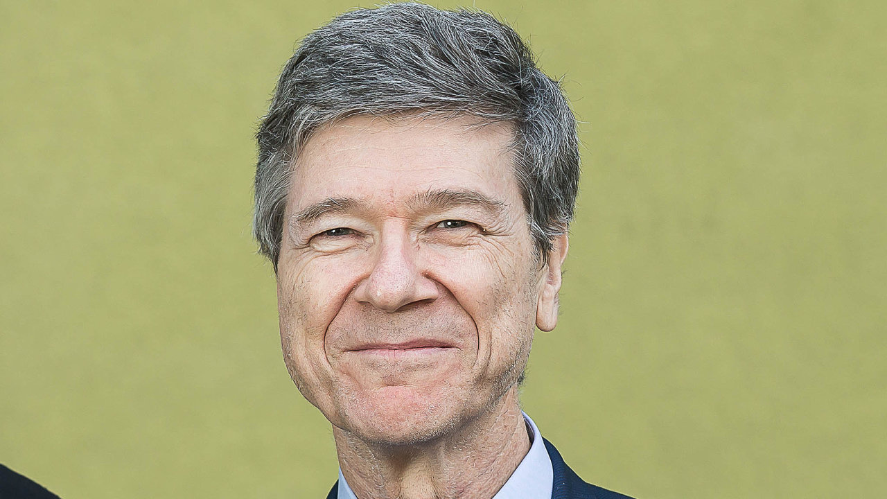 Jeffrey D.Sachs, profesor udržitelného rozvoje azdravotní politiky asprávy naKolumbijské univerzitě. Řídí Centrum Kolumbijské univerzity pro udržitelný rozvoj aSíť řešení OSN pro udržitelný rozvoj.