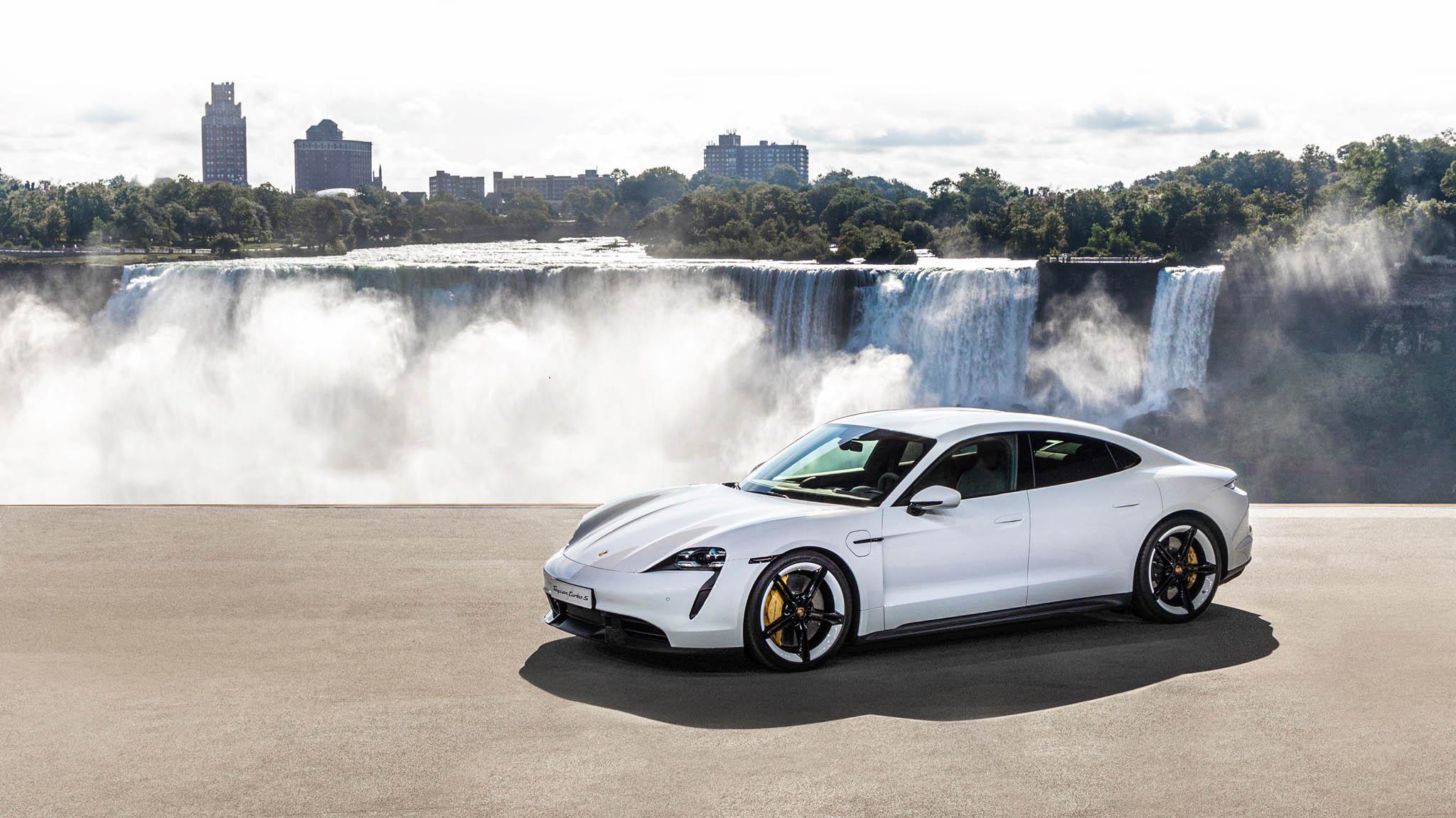 Vůz zvládne stovku pod tři vteřiny, je čtyřmístný abaterie se z80 procent nabije za22 minut.