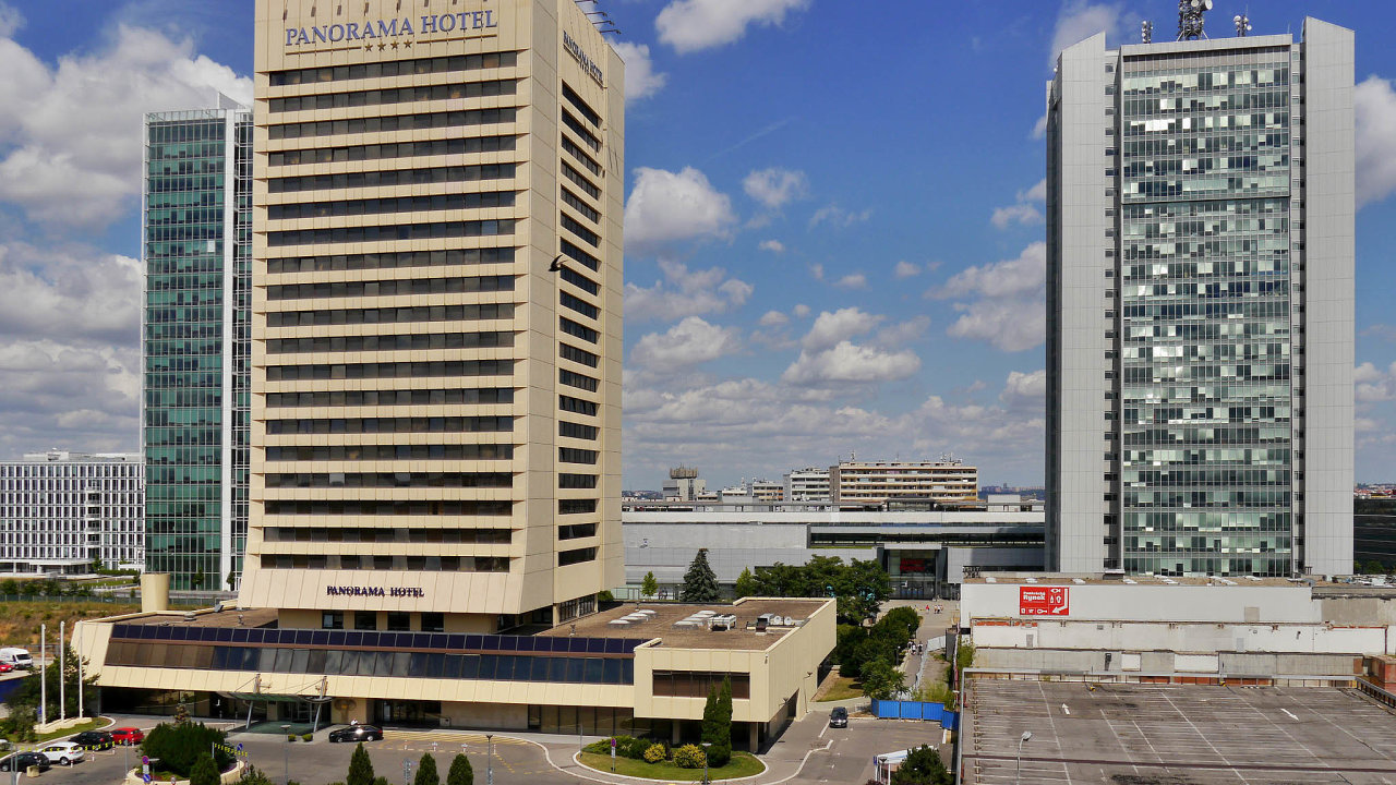Advokáti zkanceláře Kocián Šolc Balaštík Václav Rovenský aJakub Porod radili společnosti Corinthia při prodeji pražského hotelu Panorama naPankráci.