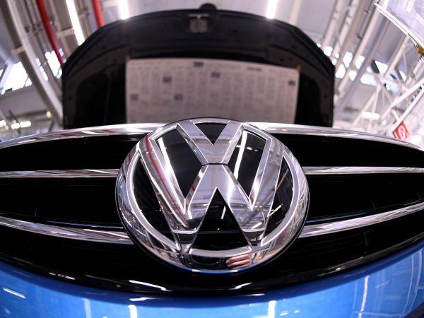 Zatímco ostatní automobilky zhoršují své výhledy, německý koncern Volkswagen své ambiciózní plány nemění.