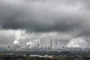 Stát se musel po roce 1989 vyrovnat s neblahým dědictvím socialismu. Prioritou komunistů bylo dodávat lidem co nejlevnější energii, na ekologické dopady výroby energie z uhlí se moc nemyslelo.
