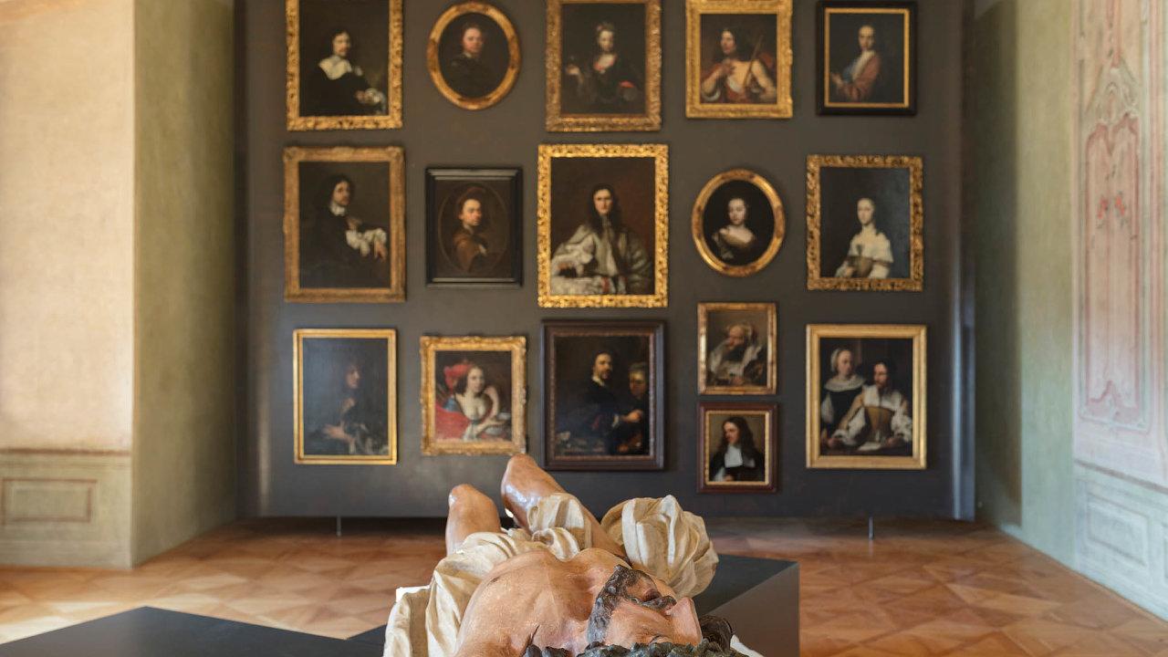 Součástí expozice je například třímetrový ukřižovaný Kristus odMatyáše Bernarda Brauna (nasnímku).