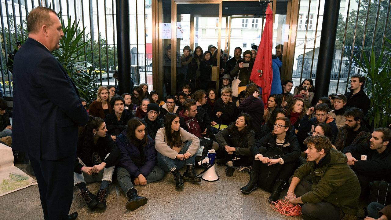 Rektor Tomáš Zima (vlevo) se s protestujícími v sídle univerzity v Karolinu setkal.