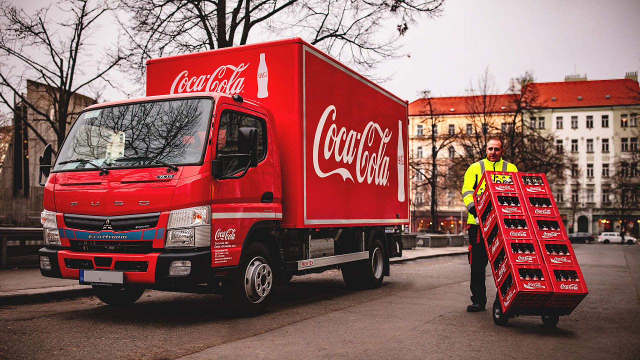Coca-Cola v širším centru Prahy začíná distribuovat nápoje pomocí deseti hybridních nákladních vozidel Mitsubishi.