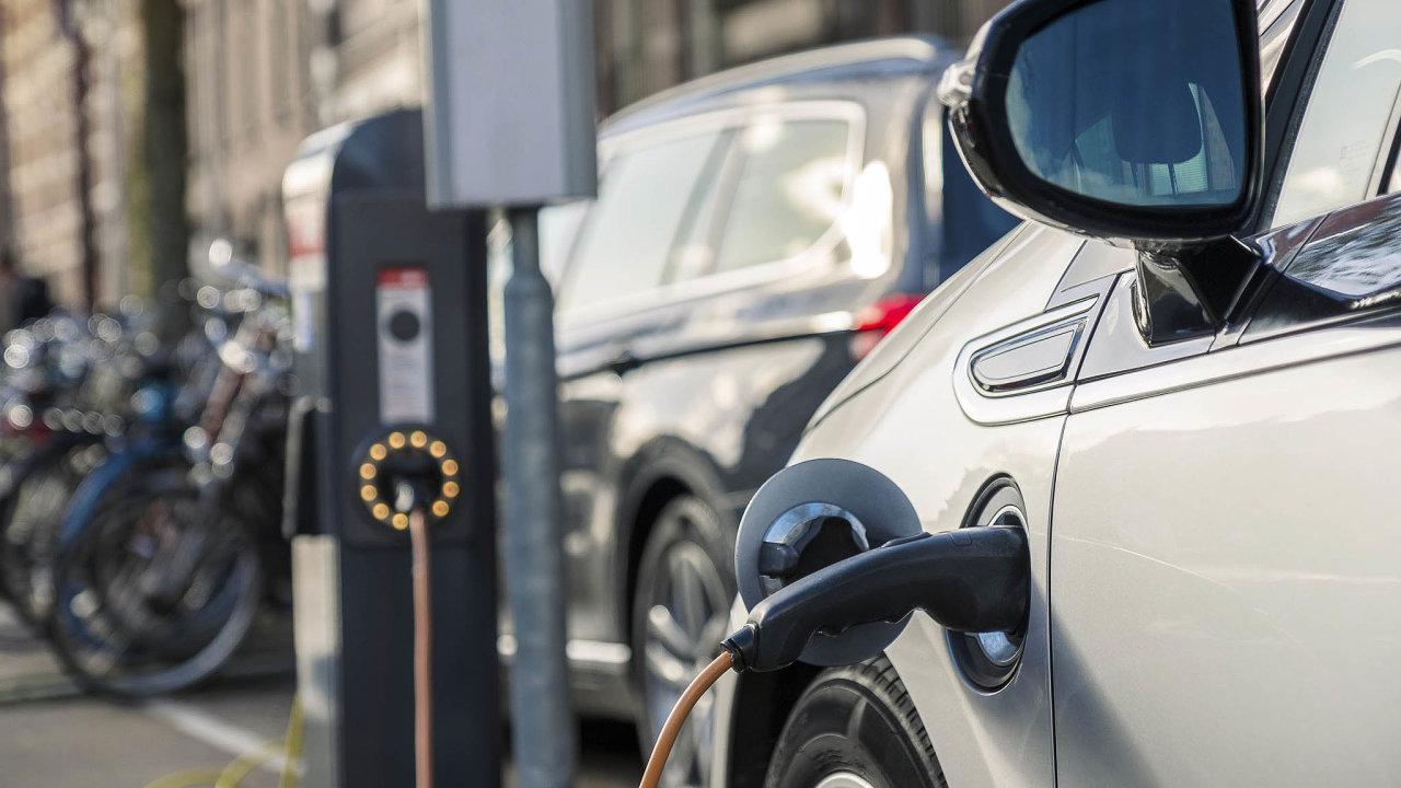 Podpora elektřiny: Snížení emisí, kekterému se Česko zavázalo sostatními zeměmi Evropské unie, má podpořit ipřechod kelektromobilům.