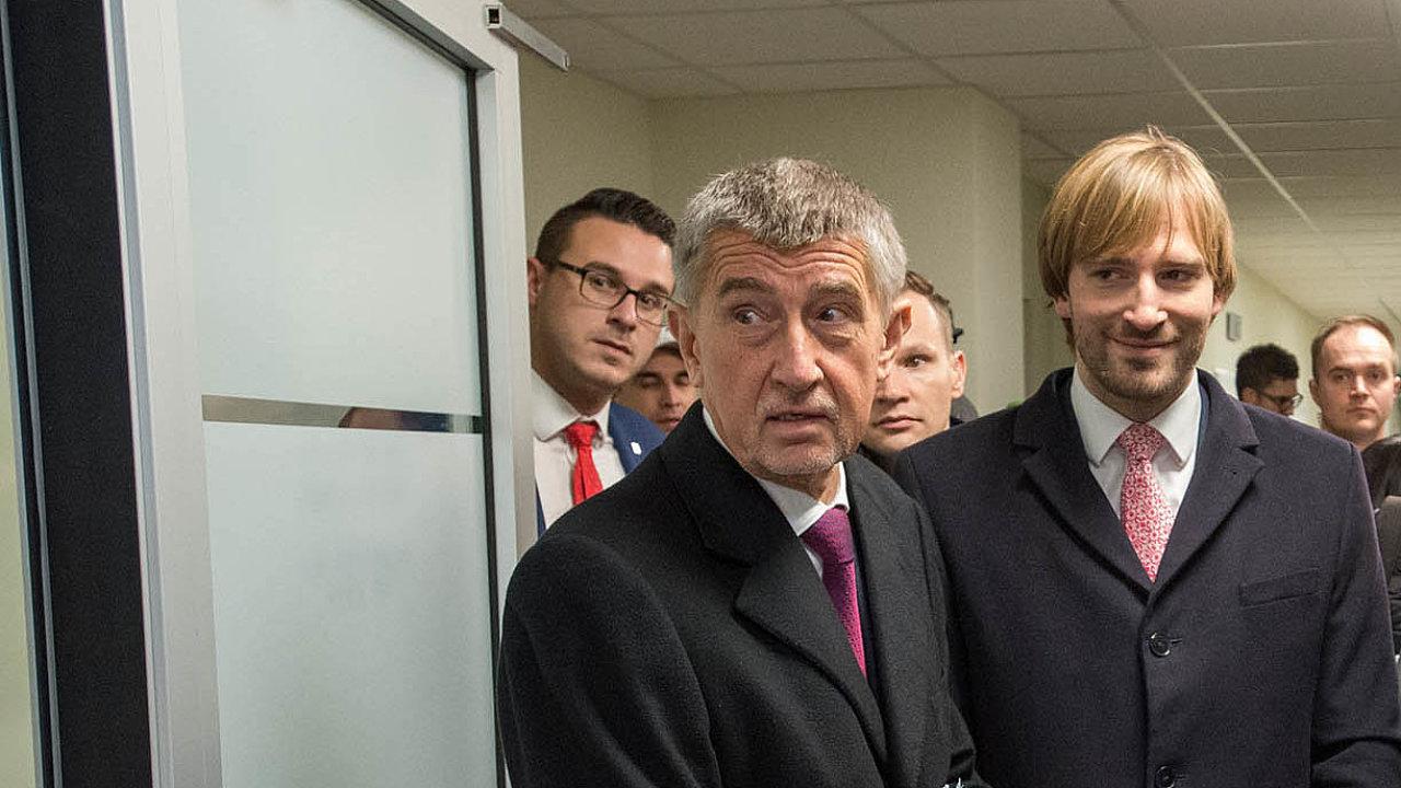 Ministr zdravotnictví Adam Vojtěch (vpravo) uložil nemocnicím, aby se předzásobily ústními rouškami na čtyři měsíce dopředu. Vlevo premiér Andrej Babiš.