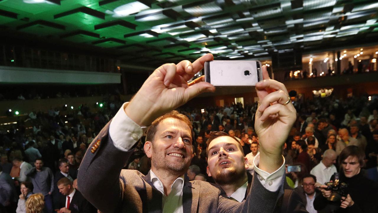 Šéf vítězného hnutí Igor Matovič (vlevo) si po oznámení výsledku voleb dělá fotku na památku.